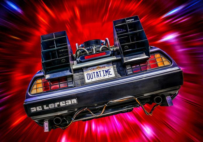 """Parte trasera del DeLorean con la matrícula """"OUTATIME"""""""