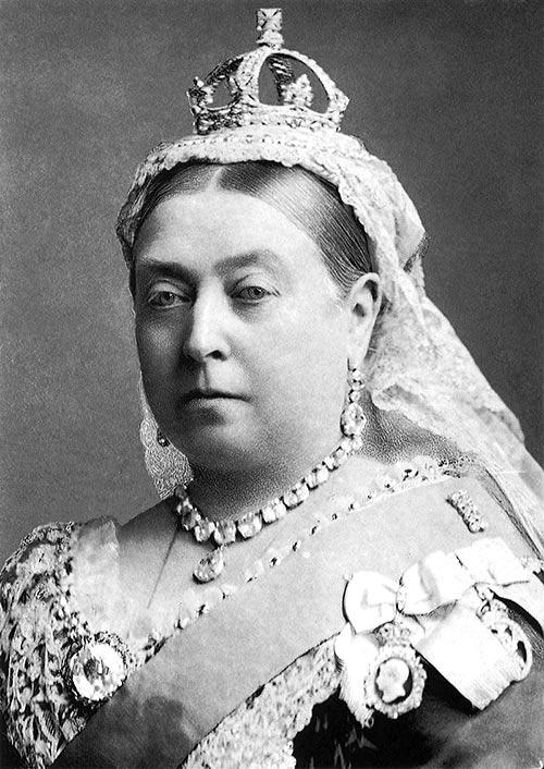 La reina Victoria con su pequeña corona