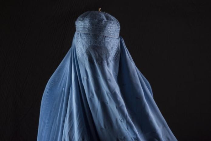 Papel de la mujer en la religión: Islam. Mujer utilizando un burka.
