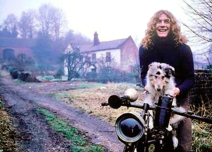 Robert Plant dando una vuelta en moto con su perro Strider