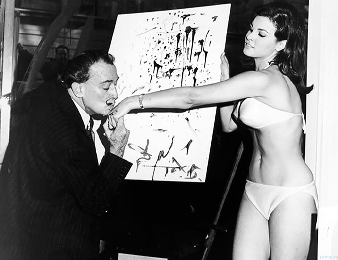 Salvador Dalí besa la mano de Raquel Welch tras acabar su famoso retrato de ella