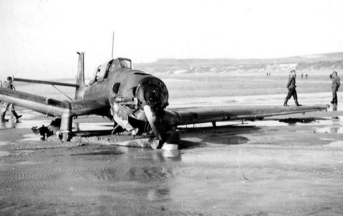 Un Stuka alemán derribado en la playa de Dunkerque en 1940.