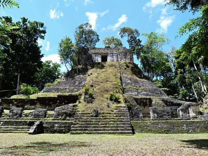 Templos mayas. Nakum. Templo en Nakum. Edifico E del sector Sur