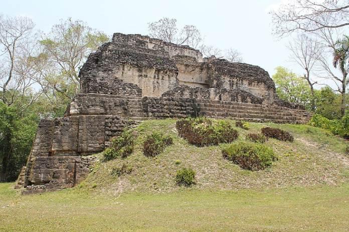 Templos mayas. Uaxactún. Templo A-18 de Uaxactún.