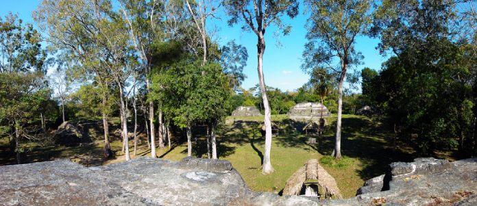 Templos mayas. Uaxactún. Vista de Uaxactún. Grupo E.
