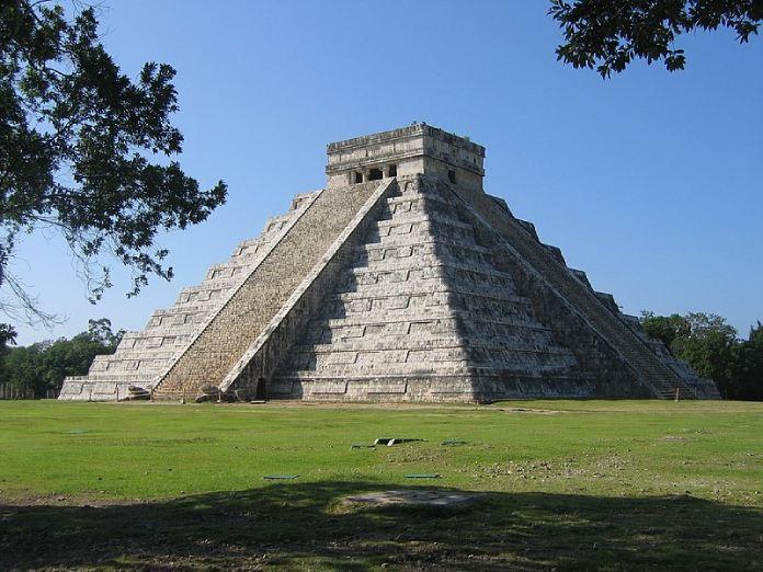 Templos mayas. Chichén Itzá. Templo de Kukulkan o Serpiente Emplumada.