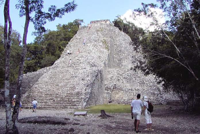 Templos mayas. Cobá. Pirámide Nohoch Mul.