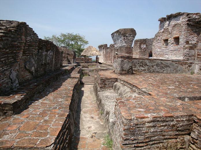 Templos mayas. Comalcalco. Vista de las ruinas de Comalcalco.