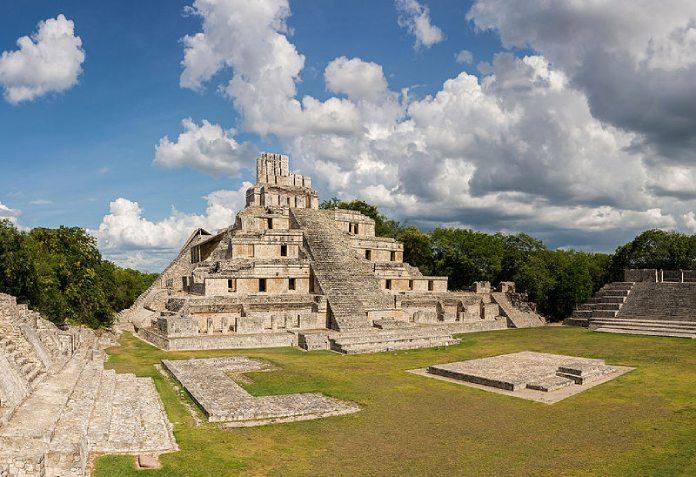 Templos mayas. Edzna. La Pirámide de los Cinco Pisos.