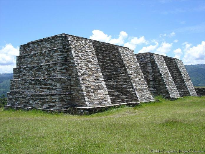 Templos mayas. Mixco Viejo. Pirámides gemelas de Mixco Viejo.