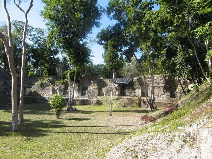 Templos mayas. Nakum. Vista de Nakum.