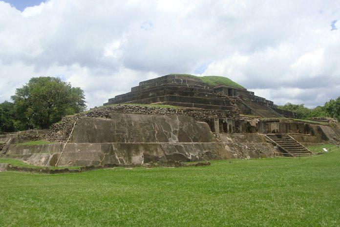 Templos mayas. Tazumal  Panorámica de Tazumal.
