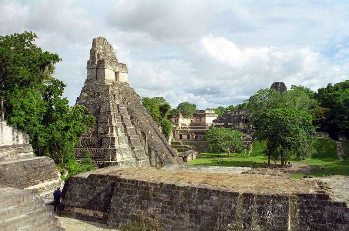 Templos Mayas. Tikal. Vista de Tikal donde se observa el Templo del Gran Jaguar.