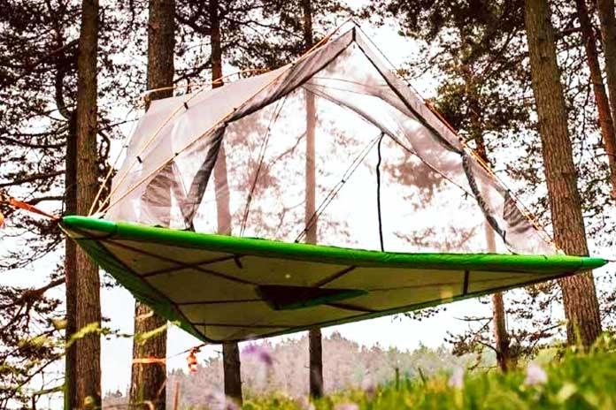Tienda Tentsile suspendida en el aire entre árboles
