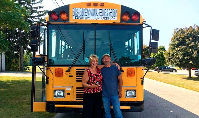 Tony Alsup frente a su autobus