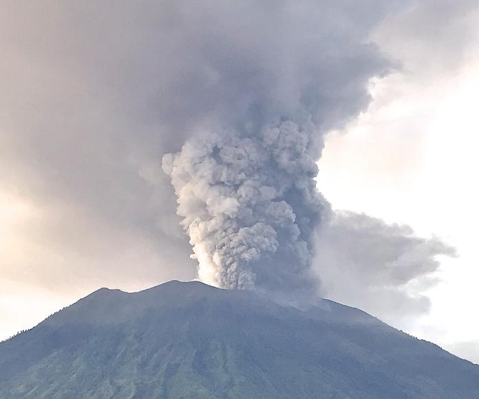 Un volcán de Bali despierta después de 54 años
