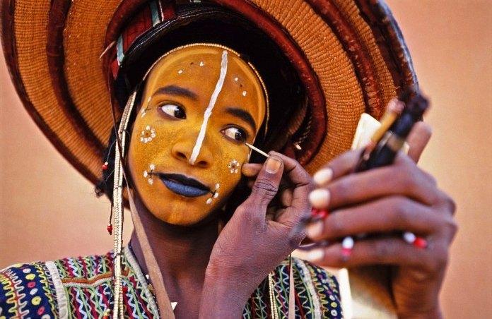 Hombre wodaabe maquillándose para el festival