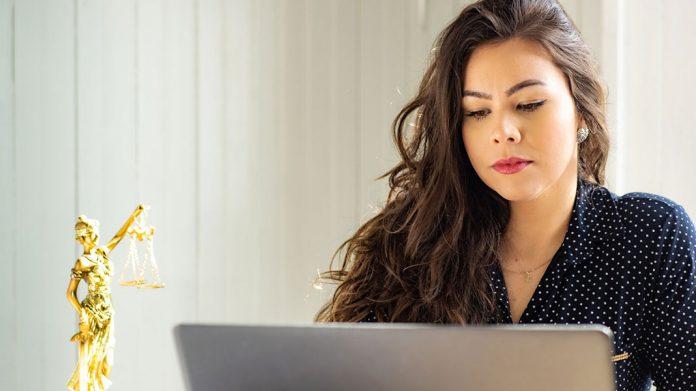 abogada trabajando en su portátil