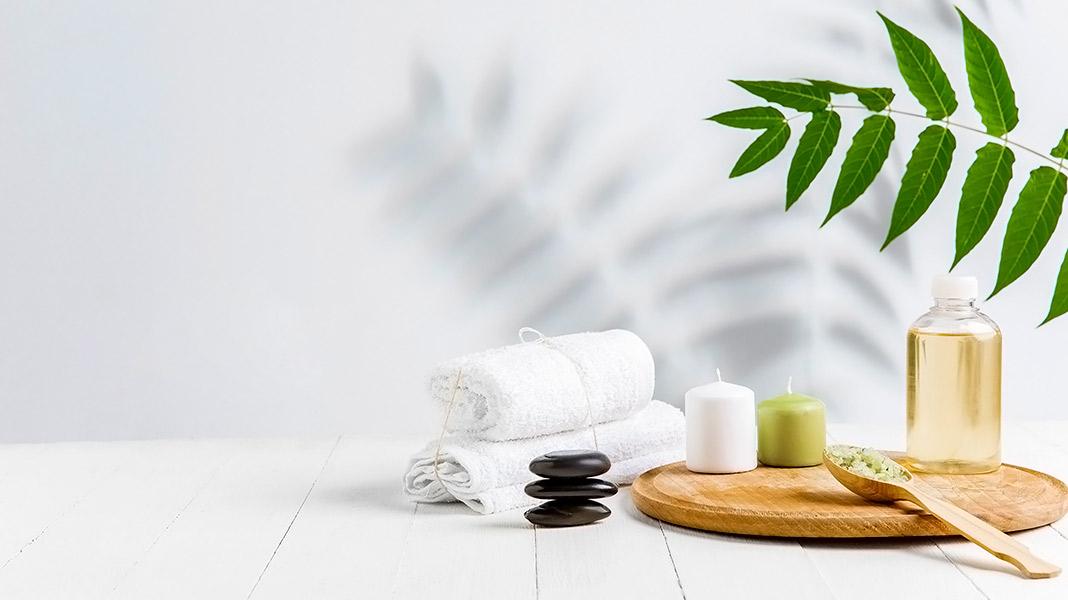 aceite y elementos de masaje sobre fondo blanco