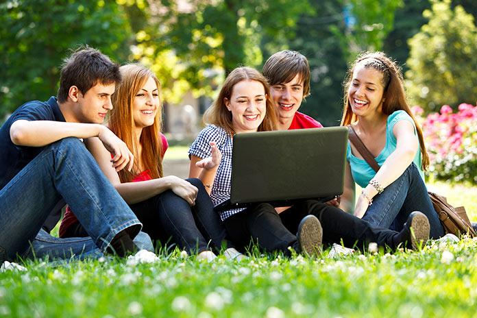 Grupo de adolescentes utilizando una laptop