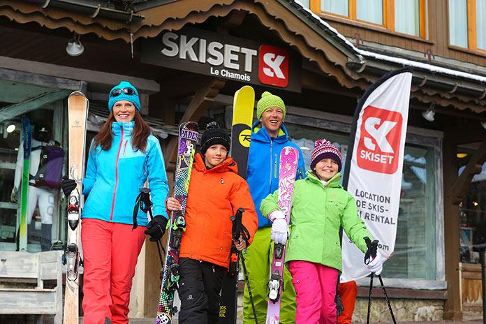 Familia saliendo de tienda de alquiler de esquís