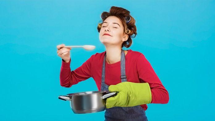 ama de casa cocinando