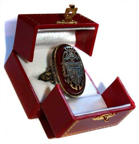 Reproducción del anillo que lleva Drácula en la película Una Pandilla Alucinante