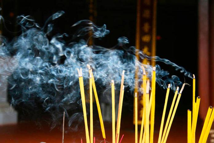 Argollas en el humo del incienso