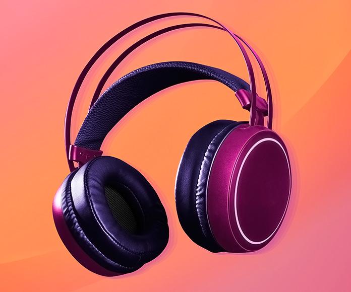 auriculares sobre fondo naranja
