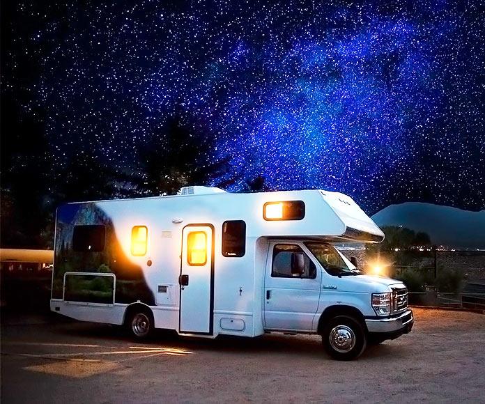 Autocaravana en una noche estrellada