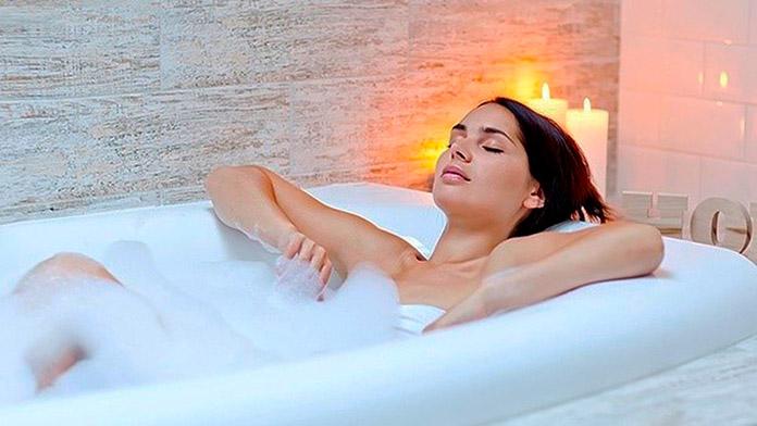 Mujer dándose un baño de agua caliente
