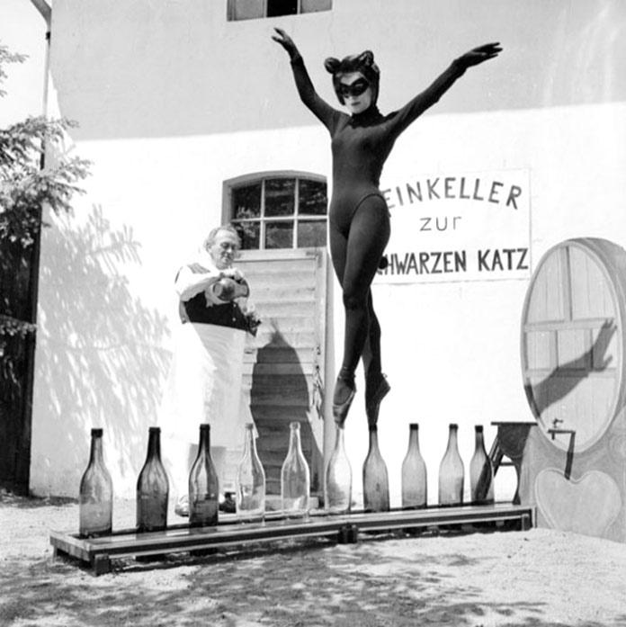 Bianca Passarge, de 17 años, baila sobre botellas de vino