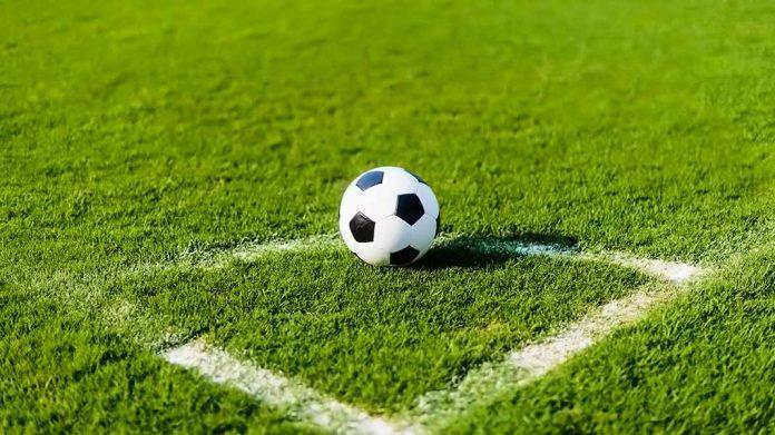 balón de fútbol sobre el corner