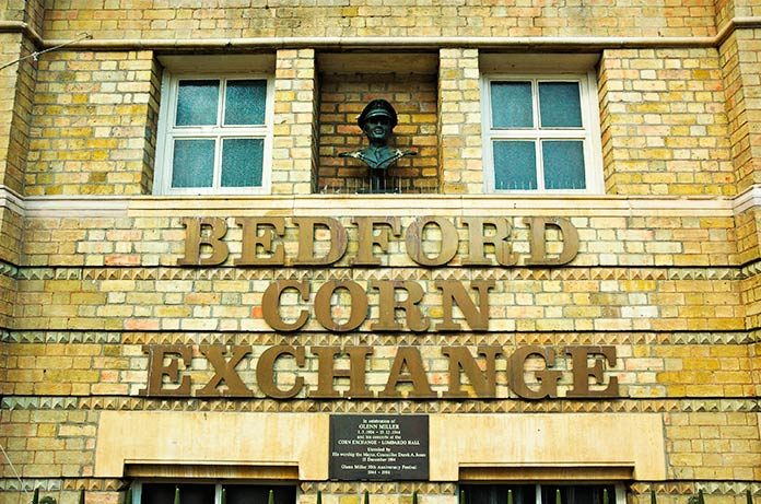 Busto y placa conmemorativa en recuerdo de Glenn Miller en el Bedford Corn Exchange