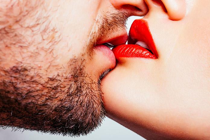 Beso entre un hombre y una mujer