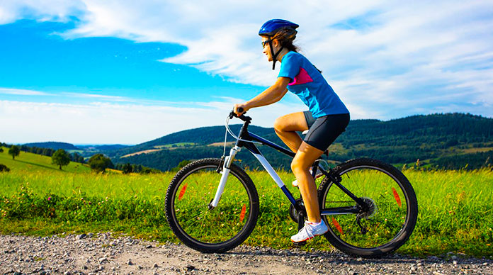 Mujer manejando una bicicleta