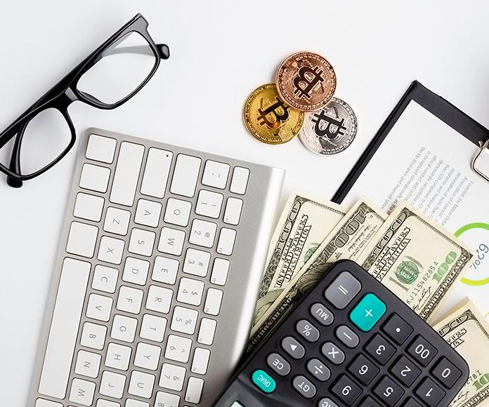 elementos de escritorio junto a bitcoins