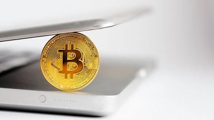 bitcoin en el interior de un ordenador portátil