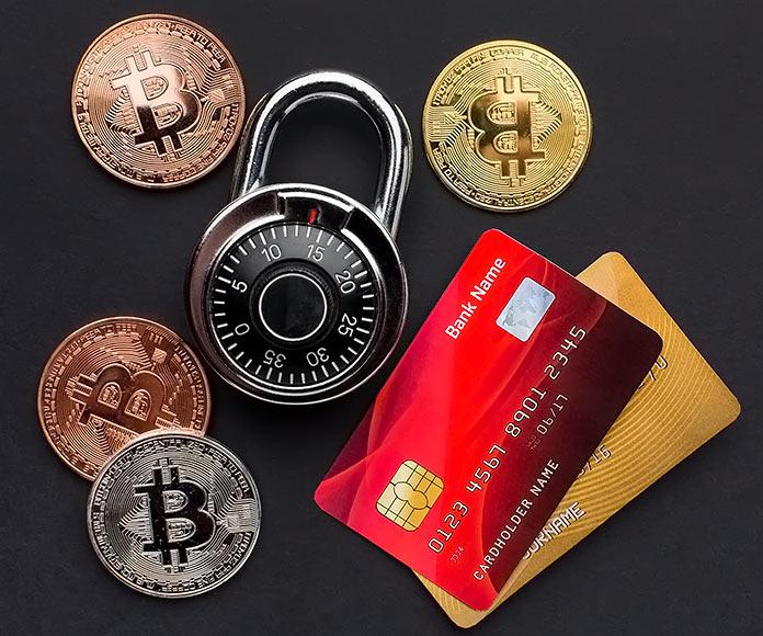 bitcoins, tarjetas de crédito y un candado