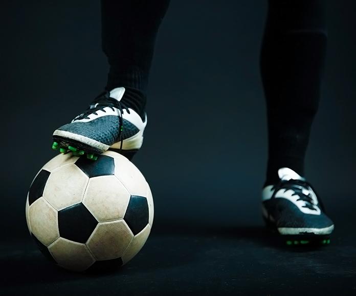 las piernas de un portero parando el balón