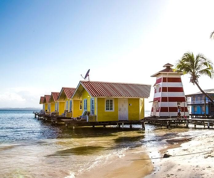 bungalows de madera construidos sobre el mar