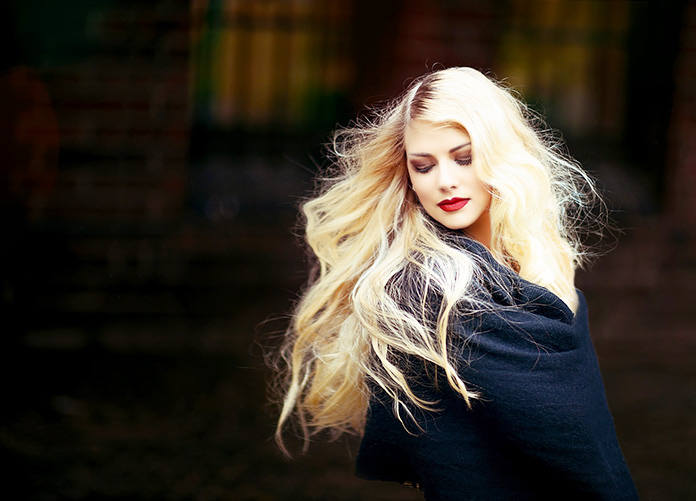 Mujer de cabello largo rubio