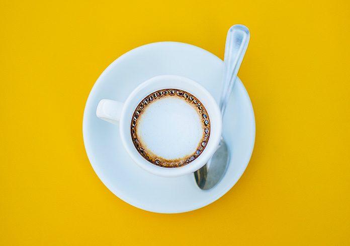 Taza de café sobre un escritorio