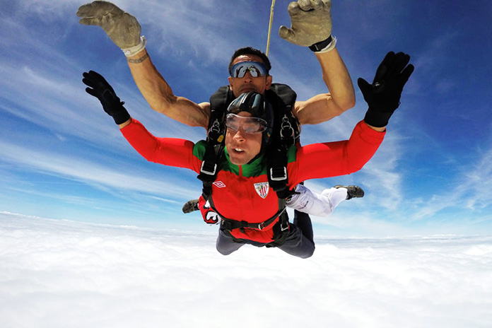 Hombres practicando paracaidismo