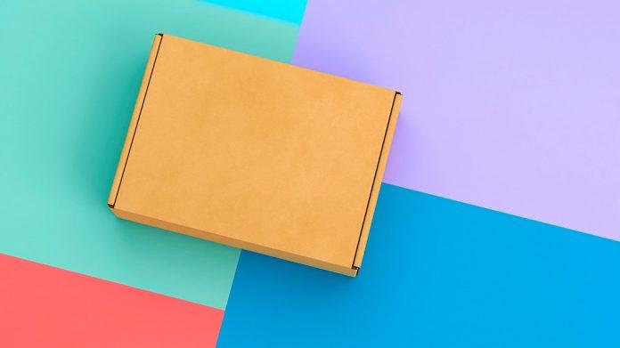 caja de cartón sobre mesa de colores