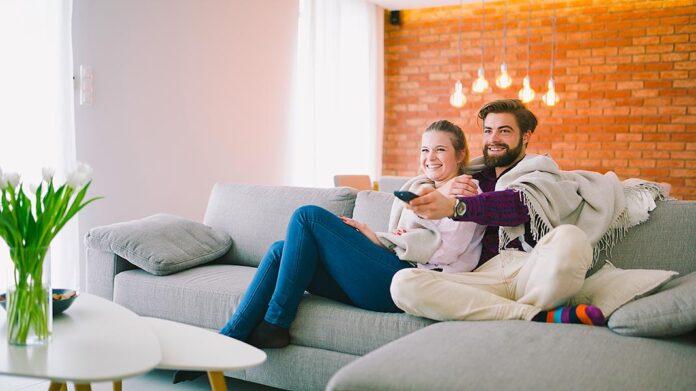 pareja confortable en su casa