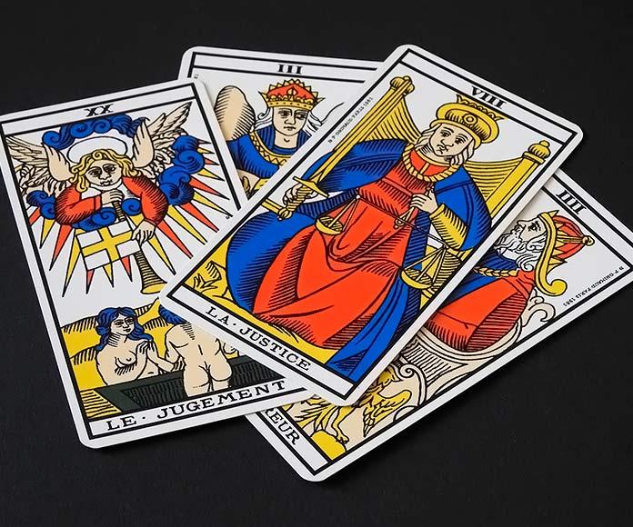 cuatro cartas de tarot sobre fondo negro