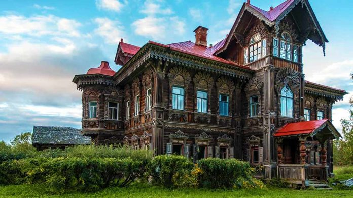Impresionante casa abandonada en Rusia por la que no pasa el tiempo