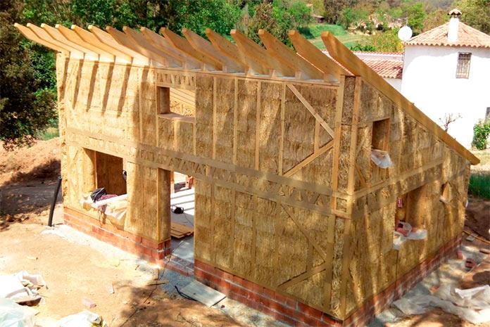 Casa de paja construida mediante el método de matriz con mortero