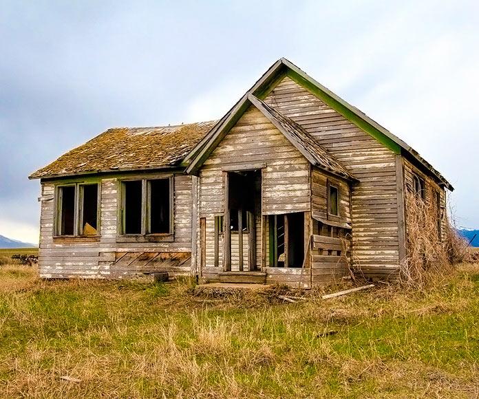 Casa antigua abandonada en una granja